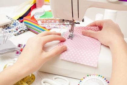 生地を縫う人