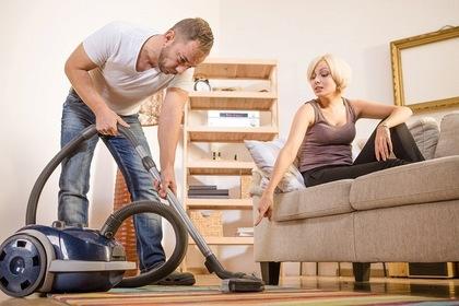 掃除の指示をする女性