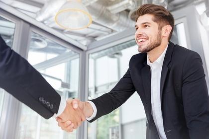 握手をかわす
