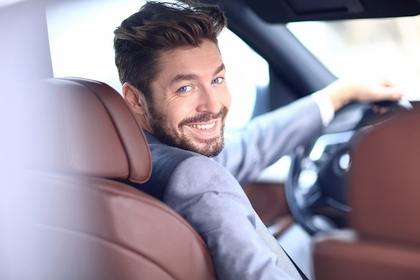 車に乗っている男性