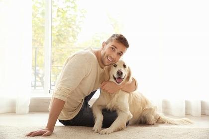 笑顔の犬と男性