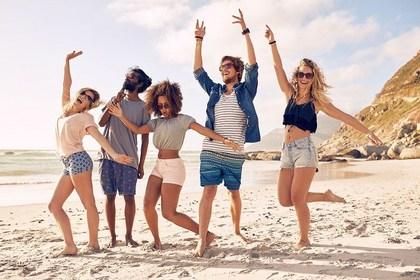 砂浜で踊る人たち