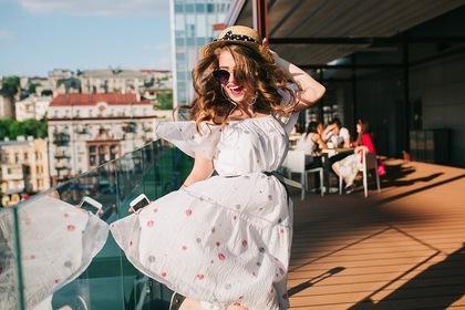ドレスを着て笑顔の女性