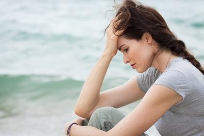 海と不安な女性