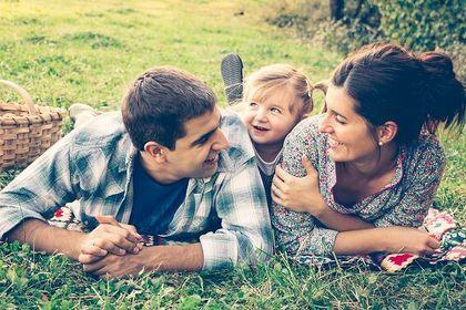 出産祝いを渡された家族の画像