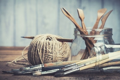 毛糸と束ねられた筆