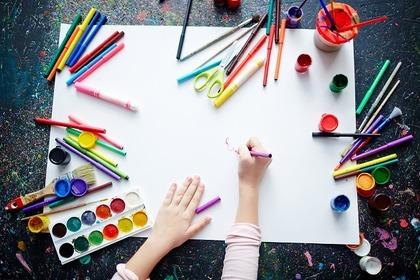 絵を描こうとしている女性
