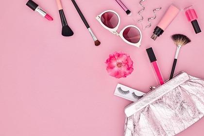 背景がピンクの化粧品の画像