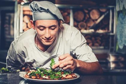 料理を作る人の画像