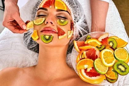 果物パックをする女性