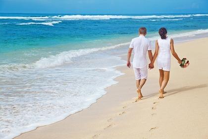 海辺を歩く二人