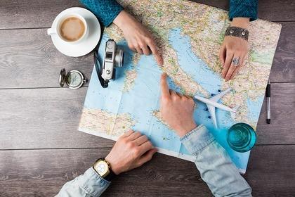 地図を指さす男女
