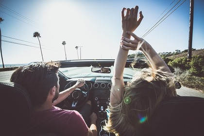 ドライブを楽しむ男女