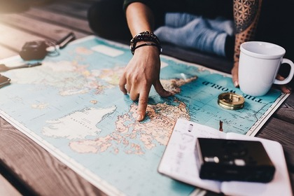 地図を指さず女性