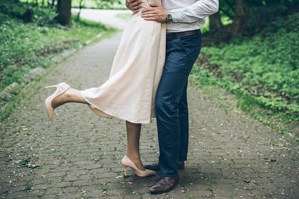 抱き合う男女の足