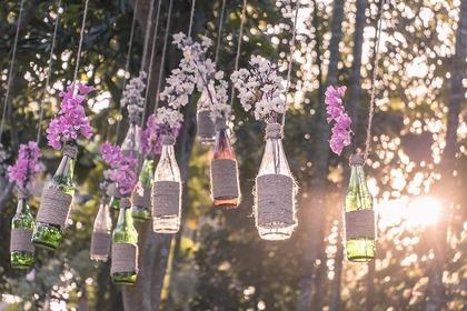 紫の花が吊ってある画像