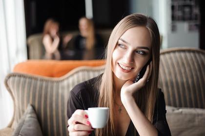 お茶する女性