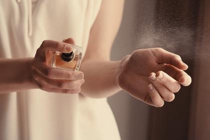 香水つける人
