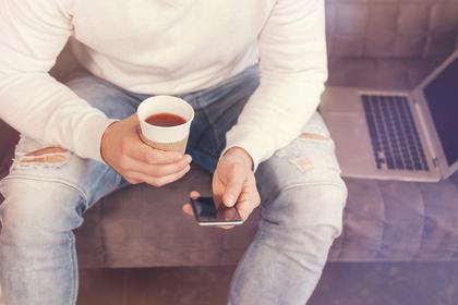 コーヒーを握る手