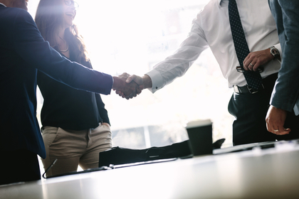 握手をするビジネスマン。