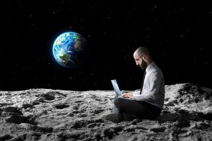 月にいる男性