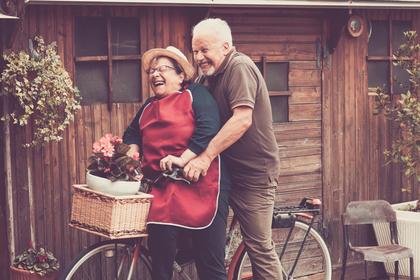 自転車に乗る祖父母