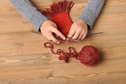 毛糸でマフラーを編む