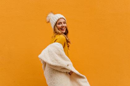 黄色トップスを着る女性