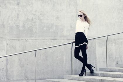 階段に立つ女性