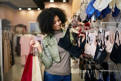 ブランド選びに悩む女性