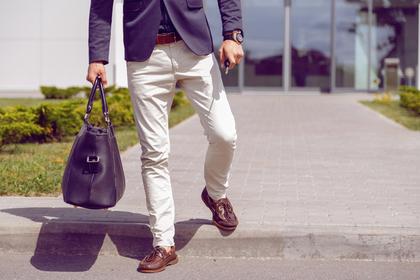 鞄を持つ男性