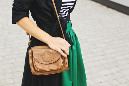 ショルダーバッグを持つ女性