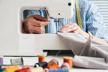 ミシンで縫う人