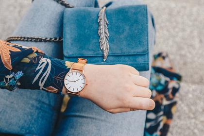 腕時計を見る女性