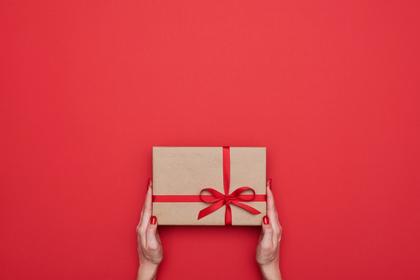 プレゼントを差し出す手