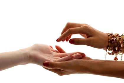 手を取り合う女性