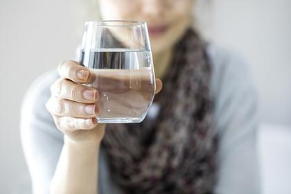 炭酸水を持っている女性